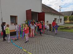 Den dětí a stavění máje